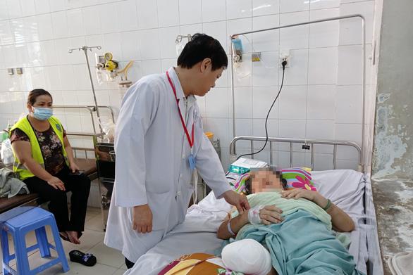 Đắp lá sim lên vết thương, một phụ nữ bị cắt cụt chân - Ảnh 1.