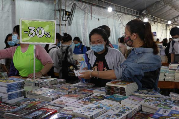 Sách giảm giá tới 80%, còn 10.000 - 20.000 đồng hút bạn trẻ - Ảnh 1.