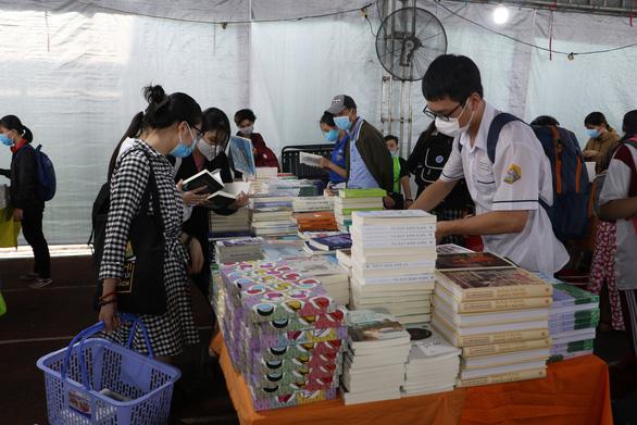 Sách giảm giá tới 80%, còn 10.000 - 20.000 đồng hút bạn trẻ - Ảnh 3.