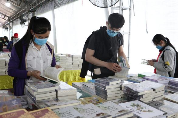 Sách giảm giá tới 80%, còn 10.000 - 20.000 đồng hút bạn trẻ - Ảnh 4.