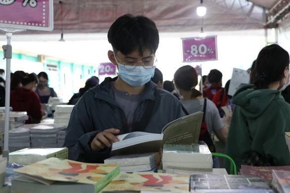 Sách giảm giá tới 80%, còn 10.000 - 20.000 đồng hút bạn trẻ - Ảnh 5.
