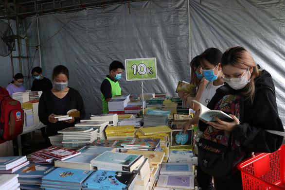 Sách giảm giá tới 80%, còn 10.000 - 20.000 đồng hút bạn trẻ - Ảnh 7.