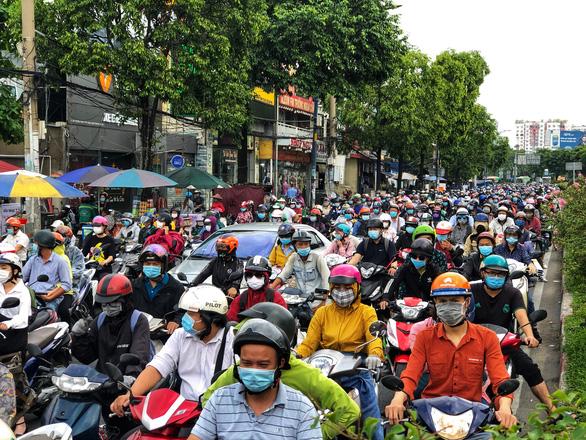 Mưa nhẹ sáng, xe ùn ứ nhích từng chút một trên khắp các đường Sài Gòn - Ảnh 3.