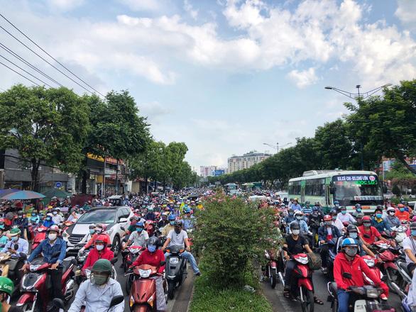 Mưa nhẹ sáng, xe ùn ứ nhích từng chút một trên khắp các đường Sài Gòn - Ảnh 4.