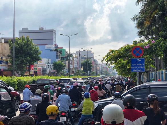 Mưa nhẹ sáng, xe ùn ứ nhích từng chút một trên khắp các đường Sài Gòn - Ảnh 6.