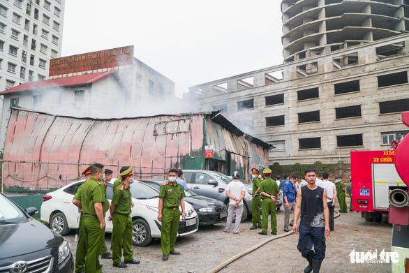 Xưởng in nằm trong bãi xe ôtô bị bà hỏa thiêu rụi - Ảnh 3.