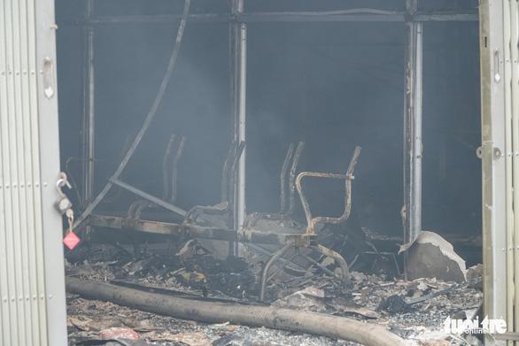 Xưởng in nằm trong bãi xe ôtô bị bà hỏa thiêu rụi - Ảnh 4.