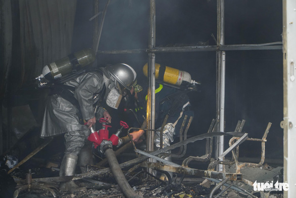 Xưởng in nằm trong bãi xe ôtô bị bà hỏa thiêu rụi - Ảnh 1.