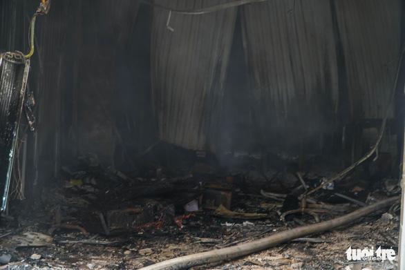Xưởng in nằm trong bãi xe ôtô bị bà hỏa thiêu rụi - Ảnh 5.