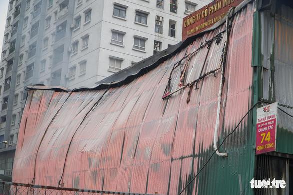 Xưởng in nằm trong bãi xe ôtô bị bà hỏa thiêu rụi - Ảnh 2.