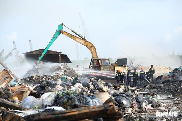 Cháy dữ dội tại bãi vải phế liệu rộng 3.000m2, cột khói cao cả trăm mét - Ảnh 5.