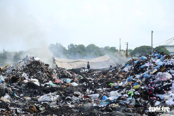 Cháy dữ dội tại bãi vải phế liệu rộng 3.000m2, cột khói cao cả trăm mét - Ảnh 4.