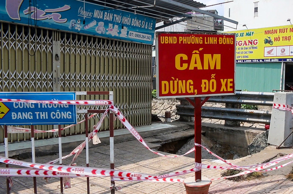 Hố bất ngờ sụt sâu 2m cuốn cả người và xe máy trên đường xuống, lộ ra hàm ếch bên dưới - Ảnh 1.