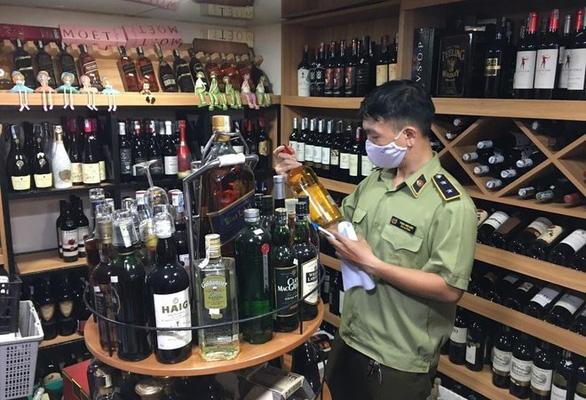 Từ 1-7-2022, thuốc lá, rượu ngoại phải được dán tem điện tử trước khi nhập về Việt Nam - Ảnh 1.