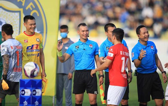Thủ môn Nguyễn Thanh Thắng bị treo giò 3 trận sau màn húc đầu vào trọng tài Nguyên Thành - Ảnh 1.