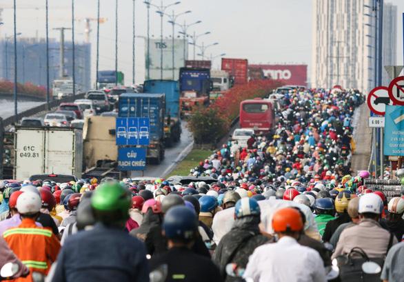 Mưa nhẹ sáng, xe ùn ứ nhích từng chút một trên khắp các đường Sài Gòn - Ảnh 2.
