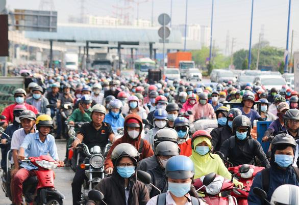 Mưa nhẹ sáng, xe ùn ứ nhích từng chút một trên khắp các đường Sài Gòn - Ảnh 5.