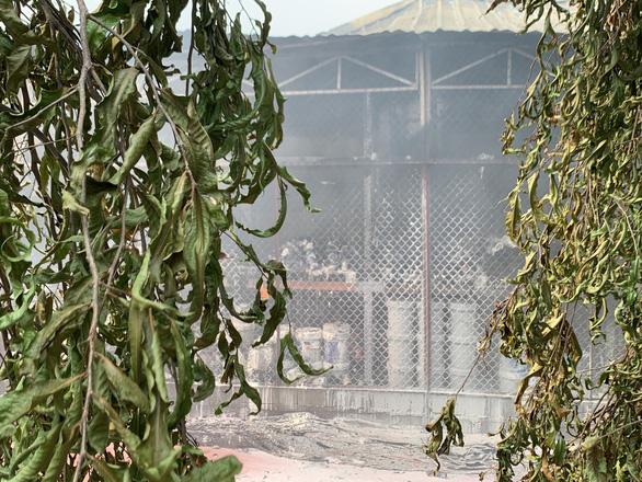 Cháy kèm nhiều tiếng nổ lớn ở kho Công ty sơn Toa tại Bình Dương - Ảnh 3.