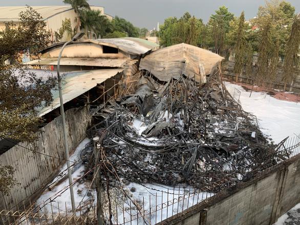 Cháy kèm nhiều tiếng nổ lớn ở kho Công ty sơn Toa tại Bình Dương - Ảnh 6.