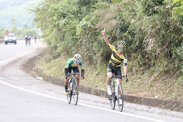 Tấn Hoài rút thắng hai ngoại binh ở chặng đua gần 200km - Ảnh 2.