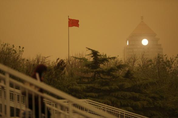 Trời Bắc Kinh chiều 15-4 chuyển vàng đục rất kinh sợ - Ảnh 5.