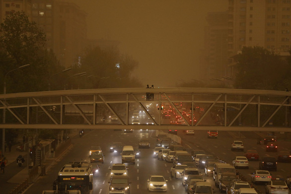 Trời Bắc Kinh chiều 15-4 chuyển vàng đục rất kinh sợ - Ảnh 3.