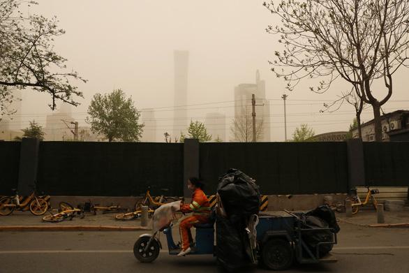 Trời Bắc Kinh chiều 15-4 chuyển vàng đục rất kinh sợ - Ảnh 2.