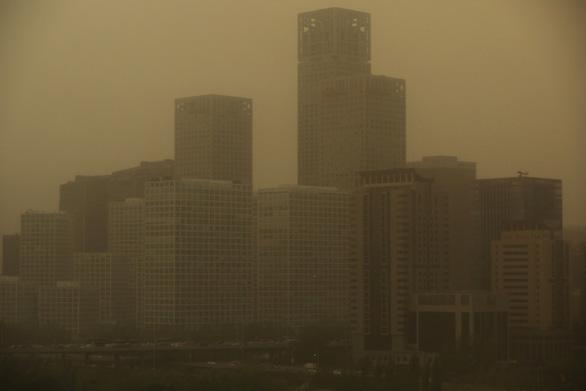 Trời Bắc Kinh chiều 15-4 chuyển vàng đục rất kinh sợ - Ảnh 6.