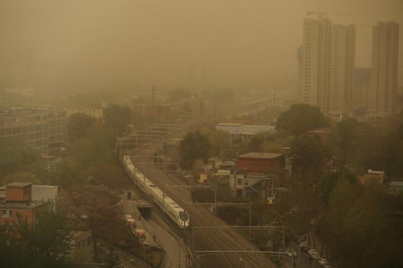 Trời Bắc Kinh chiều 15-4 chuyển vàng đục rất kinh sợ - Ảnh 1.