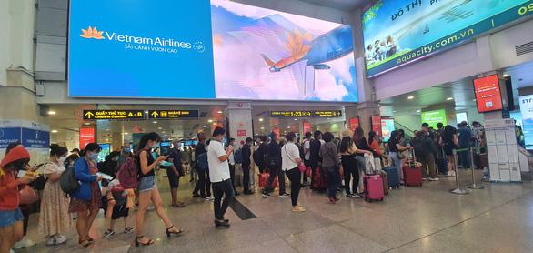 Sân bay Tân Sơn Nhất đông nghẹt, khách xếp hàng suýt lỡ chuyến - Ảnh 2.