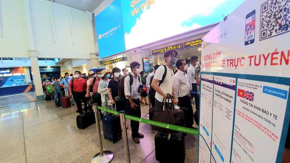 Sân bay Tân Sơn Nhất đông nghẹt, khách xếp hàng suýt lỡ chuyến - Ảnh 6.