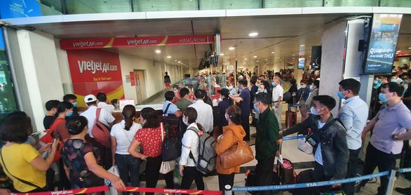 Sân bay Tân Sơn Nhất đông nghẹt, khách xếp hàng suýt lỡ chuyến - Ảnh 5.