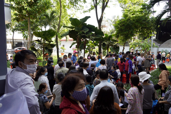 Hàng trăm nạn nhân vây quanh 1 bị cáo vụ lừa đảo tại Công ty Sao Vàng - Ảnh 2.