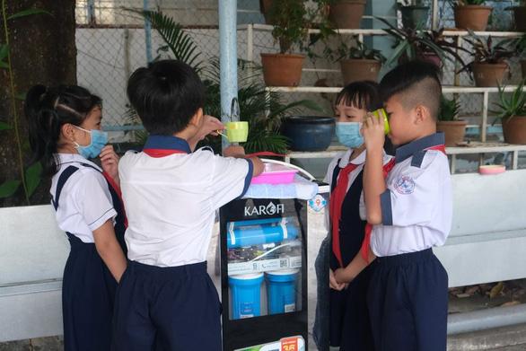 100.000 trẻ em miền Tây được uống nước tinh khiết khi đến trường - Ảnh 1.