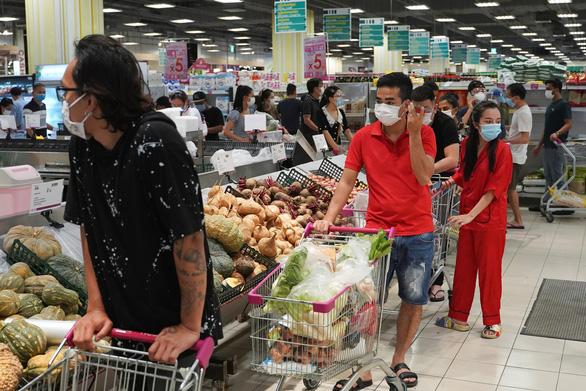Thủ đô Phnom Penh phong tỏa 2 tuần, người dân Campuchia đổ xô mua thực phẩm - Ảnh 1.