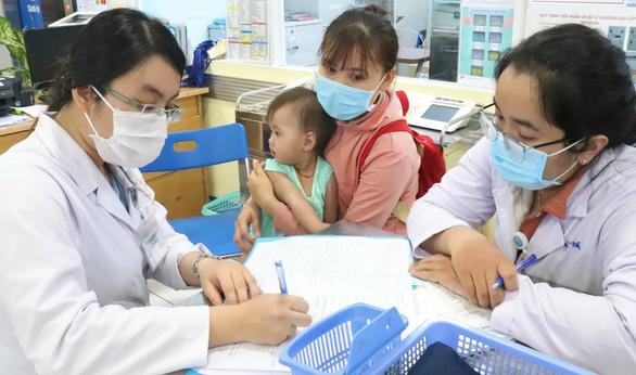 Bệnh tay chân miệng tăng: Nguy hiểm biến chứng huyết áp cao ở trẻ - Ảnh 2.