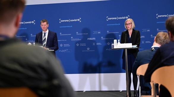 Quan chức Đan Mạch ngất xỉu tại họp báo dừng tiêm vắc xin AstraZeneca - Ảnh 2.