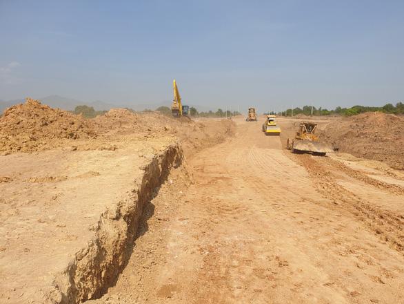 Cao tốc Bắc - Nam Vĩnh Hảo - Phan Thiết nguy cơ chậm vì thiếu hàng triệu m3 đất - Ảnh 1.