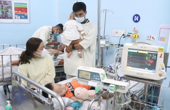 Bệnh tay chân miệng tăng: Nguy hiểm biến chứng huyết áp cao ở trẻ - Ảnh 1.