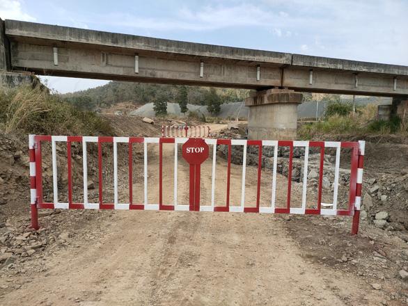 Doanh nghiệp tự ý mở đường dưới gầm cầu, uy hiếp an toàn chạy tàu - Ảnh 1.