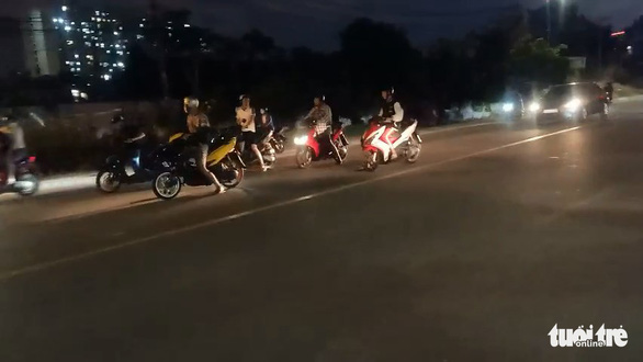 Quái xế lại chặn đường đua xe ở TP Thủ Đức - Ảnh 3.