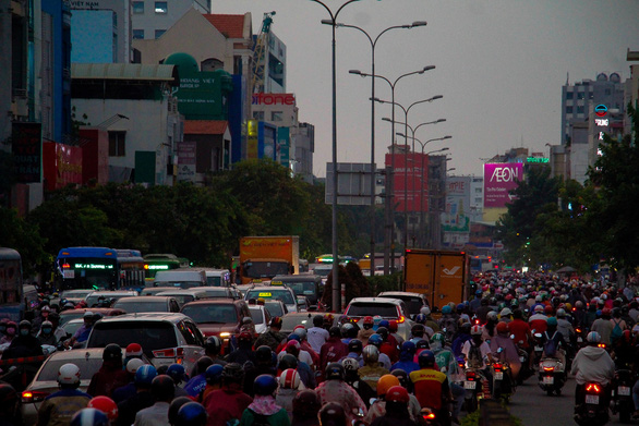 Chiều tối 15-4, nhiều đường phố khu vực trung tâm TP.HCM ùn tắc nặng sau mưa - Ảnh 4.