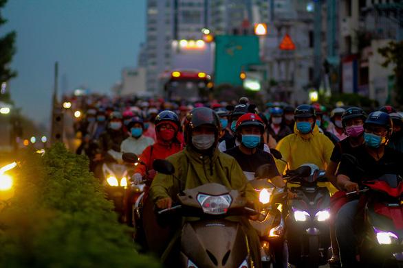 Chiều tối 15-4, nhiều đường phố khu vực trung tâm TP.HCM ùn tắc nặng sau mưa - Ảnh 1.