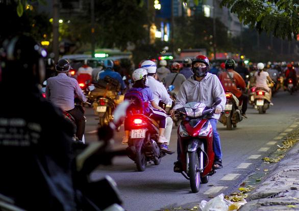 Chiều tối 15-4, nhiều đường phố khu vực trung tâm TP.HCM ùn tắc nặng sau mưa - Ảnh 5.