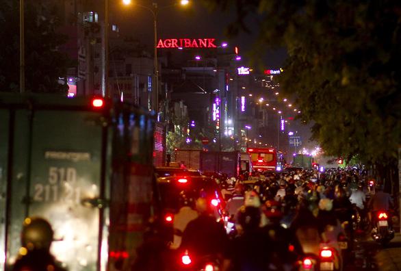 Chiều tối 15-4, nhiều đường phố khu vực trung tâm TP.HCM ùn tắc nặng sau mưa - Ảnh 6.