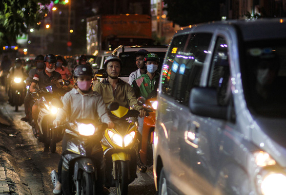Chiều tối 15-4, nhiều đường phố khu vực trung tâm TP.HCM ùn tắc nặng sau mưa - Ảnh 7.