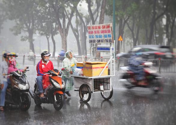 TP.HCM mưa lớn, sấm chớp trong đêm, dự báo mưa tiếp tục nhiều ngày tới - Ảnh 1.