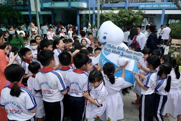 100.000 trẻ em miền Tây được uống nước tinh khiết khi đến trường - Ảnh 4.