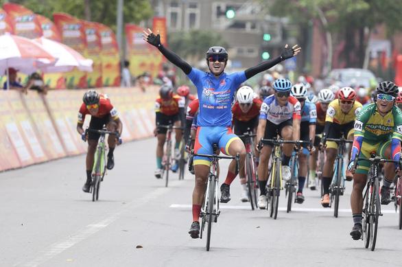 Tấn Hoài rút thắng hai ngoại binh ở chặng đua gần 200km - Ảnh 1.