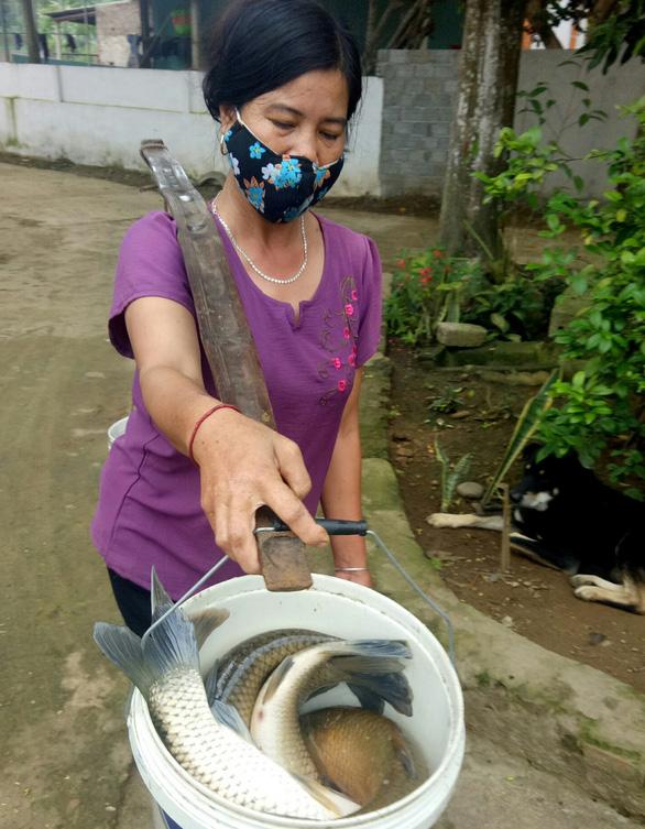 Phát hiện thêm 1 cơ sở chế biến lâm sản xả thải xuống sông Mã, cá tiếp tục chết - Ảnh 3.